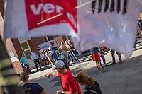 Warnstreik bei der Charite Facility Management (CFM).<br /> Die Dienstleistungsgewerkschaft ver.di rief die Stammbeschaeftigten CFM-Mitarbeiterinnen und Mitarbeiter am 7. September 2016 zu einem mehrstuendigen Warnstreik auf. Die CFM ist der groesste tariffreie Betrieb im Verantwortungsbereich des Landes Berlin und zahlt seinen Mitarbeitern nicht mehr als 1660,- Euro brutto fuer eine Vollzeitstelle, das sind ca. 40% weniger als bei ihrem vorherigen Arbeitgeber, der Charite direkt, Transportfahrern wurden mehrfach die geleisteten Ueberstunden nicht bezahlt sondern vom Arbeitgeber ersatzlos gestrichen. Viele CFM-Mitarbeiter muessen trotz einer 40-Stundenstelle aufstockende Sozialhilfe beantragen.<br /> 7.9.2016, Berlin<br /> Copyright: Christian-Ditsch.de<br /> [Inhaltsveraendernde Manipulation des Fotos nur nach ausdruecklicher Genehmigung des Fotografen. Vereinbarungen ueber Abtretung von Persoenlichkeitsrechten/Model Release der abgebildeten Person/Personen liegen nicht vor. NO MODEL RELEASE! Nur fuer Redaktionelle Zwecke. Don't publish without copyright Christian-Ditsch.de, Veroeffentlichung nur mit Fotografennennung, sowie gegen Honorar, MwSt. und Beleg. Konto: I N G - D i B a, IBAN DE58500105175400192269, BIC INGDDEFFXXX, Kontakt: post@christian-ditsch.de<br /> Bei der Bearbeitung der Dateiinformationen darf die Urheberkennzeichnung in den EXIF- und  IPTC-Daten nicht entfernt werden, diese sind in digitalen Medien nach §95c UrhG rechtlich geschuetzt. Der Urhebervermerk wird gemaess §13 UrhG verlangt.]