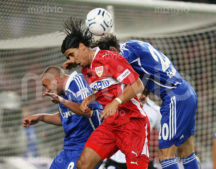 Fussball  1. Bundesliga  Saison 2007/2008   1. Spieltag  10.08.2007 VfB Stuttgart - FC Schalke 04 Sami Khedira (VFB,mitte) gegen Christian Pander (S,li)  und Mladen Krstajic (S,re)