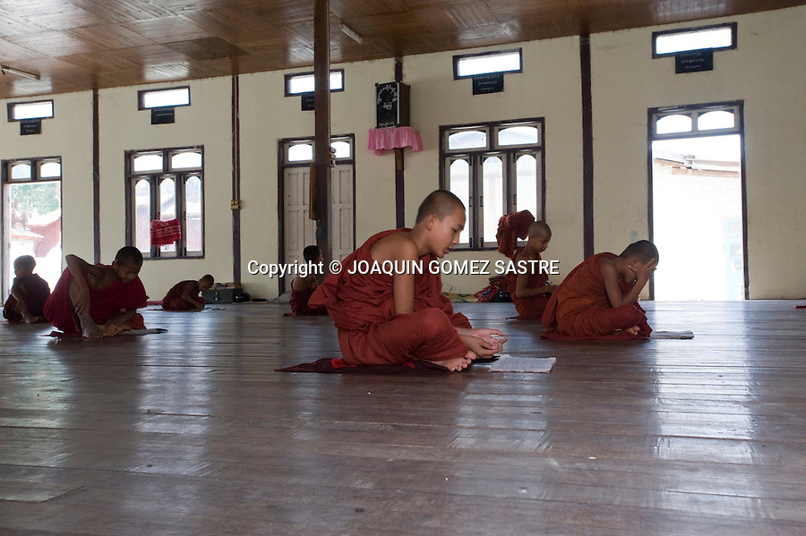 Jovenes novicios estudiando en un monasterio MYANMAR.foto © JOAQUIN GOMEZ SASTRE
