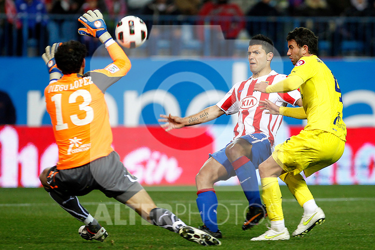 Atletico de Madrid's Kun Aguero (c) and Villareal's Diego Lopez (l) and Mateo Musacchio during La Liga match.March 5,2011. (ALTERPHOTOS/Acero)