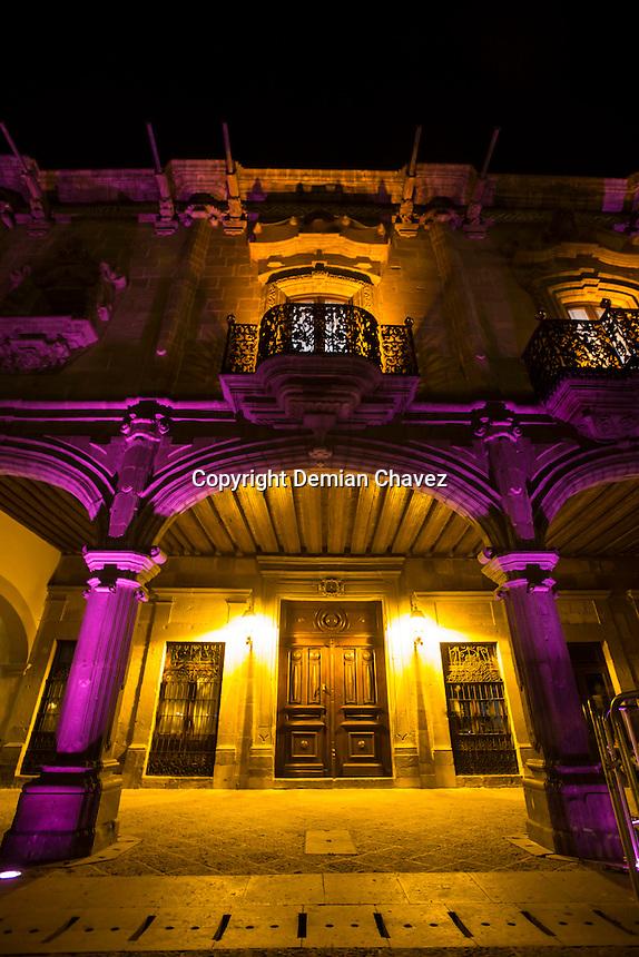 Quer&eacute;taro, Qro. 03 de octubre de 2015.- Edificios y plazas p&uacute;blicas fueron iluminadas de color rosa, como tradicionalmente se viene haciendo en el mes de octubre, como parte de la campa&ntilde;a de concienciaci&oacute;n e informaci&oacute;n de la lucha en contra del c&aacute;ncer de mama; que emprenden los gobiernos locales.<br /> <br /> <br /> Foto: Demian Ch&aacute;vez