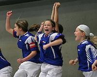 Datteln, 28.01.06: Hallenfu&szlig;ball - Kreismeisterschaft U17 - Juniorinnen, Vorw&auml;rts Datteln - Titania Erkenschwick 0:1, die Titaninnen jubeln, <br /> Foto Rainer Raffalski