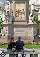 Italien, Lombardei, Mailand: Piazza della Scala - Platz vor der Mailaender Scala (Teatro alla Scala) - Paar auf einer Bank | Italy, Milan: Piazza della Scala - square in front of opera Teatro alla Scala di Milano - couple on a bench