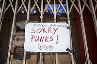 """Die Auswirkungen der Corona-Krise sind nach Inkrafttreten der Anordnung des Berliner Senats, wonach nur noch Versorgungsgeschaefte die fuer den taeglichen Bedarf notwendig sind geoeffnet sein duerfen (Lebensmittelgeschaefte, Apotheken, Drogerien, Zeitungsgeschaefte), fuer die Berliner Club-Szene eine existentielle Bedrohung.<br /> Im Bild: Der geschlossene legendaere Club """"SO36"""" in Berlin-Kreuzberg. Auf das Hinweisschild """"Sorry Punks!"""" hat jemand """"Alerta Anticorona"""" geschrieben.<br /> 19.3.2020, Berlin<br /> Copyright: Christian-Ditsch.de<br /> [NUR FUER REDAKTIONELLE ZWECKE! Werbung nur auf Anfrage beim Fotografen. Inhaltsveraendernde Manipulation des Fotos nur nach ausdruecklicher Genehmigung des Fotografen. Vereinbarungen ueber Abtretung von Persoenlichkeitsrechten/Model Release der abgebildeten Person/Personen liegen nicht vor. NO MODEL RELEASE! Don't publish without copyright Christian-Ditsch.de, Veroeffentlichung nur mit Fotografennennung, sowie gegen Honorar, MwSt. und Beleg. Konto: I N G - D i B a, IBAN DE58500105175400192269, BIC INGDDEFFXXX, Kontakt: post@christian-ditsch.de<br /> Bei der Bearbeitung der Dateiinformationen darf die Urheberkennzeichnung in den EXIF- und  IPTC-Daten nicht entfernt werden, diese sind in digitalen Medien nach §95c UrhG rechtlich geschuetzt. Der Urhebervermerk wird gemaess §13 UrhG verlangt.]"""