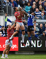 Mariano Galarza of Gloucester Rugby competes with Semesa Rokoduguni of Bath Rugby for the ball in the air. Gallagher Premiership match, between Bath Rugby and Gloucester Rugby on September 8, 2018 at the Recreation Ground in Bath, England. Photo by: Patrick Khachfe / Onside Images