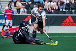 AMSTELVEEN -  Boris Burkhardt (Adam) stuit op keeper Matthijs Odekerken (SCHC)    tijdens  de hoofdklasse competitiewedstrijd hockey heren,  Amsterdam-SCHC (3-1). COPYRIGHT KOEN SUYK