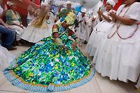 Cerimônia de consagração de mãe de santo no terreiro Ilê Asé , Guinso-Erê,  do tradicional Candomblé Nagô, em Belém (PA). Inclui rituais milenares de dança, cânticos e orações na língua iorubá, indumentárias e obrigações típicas da cultura africana. Como o sacrifício de animais em oferenda aos orixás.<br /> <br /> <br /> Usando traje em que predomina o verde e o azul, a protagonista da festa recebe o orixá Logun, e evolui cantando e dançando no terreiro com o pai de santo Guinso-Erê e os médiuns da casa.