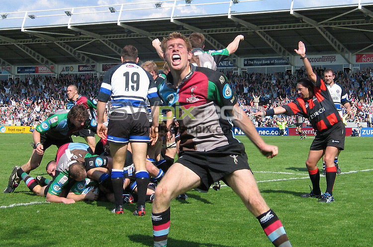PIX: Rugby. Zurich Premiership. Harlequins-Bath, The Stoop, 2/05/2004..COPYRIGHT PICTURE>> SIMON WILKINSON>>0870 092 0092>>..Gavin Duffy celebrates Simon Keogh's injury time try that gave Harlequins a 25-22 victory over Bath.