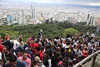 BOGOTÁ - COLOMBIA, 30-03-2018:Cerca de 250.000  feligreses visitaron el Santuario de Monserrate hoy Viernes Santo , el regreso se realizó por el camino hacia el Parque Nacional donde hubo bastante congestíon en su retorno. /About 250,000 parishioners visited the Sanctuary of Monserrate today, Good Friday, the return was made on the way to the National Park where there was enough congestion on their return. Photo: VizzorImage / Felipe Caicedo / Staff.