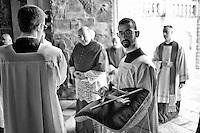 Lecce - Festività in onore di Sant'Oronzo - 26 agosto 2012 - Attesa per l'ingresso nel Duomo di Lecce dell'Arcivescovo che celebrerà, come di tradizione, la Messa solenne in onore di Sant'Oronzo, San Giusto e San Fortunato.
