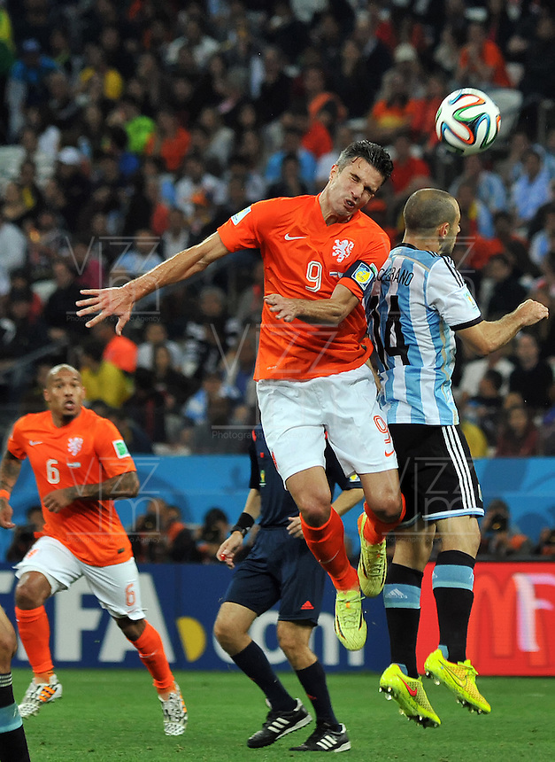SAO PAULO - BRASIL -09-07-2014.Javier Mascherano (#14) jugador de Argentina (ARG) disputa un balón con Robin Van Persie (#9) jugador de Holanda (NED) durante partido de las semifinales por la Copa Mundial de la FIFA Brasil 2014 jugado en el estadio Arena de Sao Paulo./ Javier Mascherano (#14) player of Argentina (ARG) fights the ball with Robin Van Persie (#9) player of Netherlands (NED) during the match of the Semifinal for the 2014 FIFA World Cup Brazil played at Arena de Sao Paulo stadium. Photo: VizzorImage / Alfredo Gutiérrez / Contribuidor
