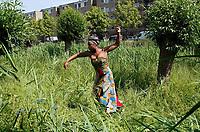 Nederland -  Amsterdam - juni 2019.    Parlement Debout in de Bijlmer. Een theatrale parade door Amsterdam-Zuidoost van Faustin Linyekula. Een optocht met dansers, een fanfare en sapeurs (Congolezen met stijl) langs uiteenlopende locaties. Geïnspireerd op Les Parlementaires Debout, mannen in Congo die op straat commentaar geven op het nieuws om de discussie aan te gaan. De voorstelling is onderdeel van Holland Festival.    Foto mag niet in negatieve / schadelijke context gepubliceerd worden.   Foto Berlinda van Dam / Hollandse Hoogte