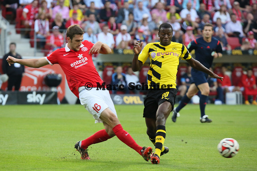 Stefan Bell (Mainz) klaert gegen Adrian Ramos (BVB) - 1. FSV Mainz 05 vs. Borussia Dortmund, Coface Arena