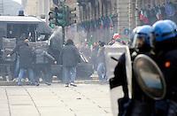 Un Carabiniere usa spray urticante contro i manifestanti della protesta dei Forconi durante gli scontri in piazza Castello a Torino Torino 09/12/2013  Foto Stringer / Insidefoto