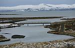 Foto: VidiPhoto..REYKJAVIK - Het binnenland van IJsland is vrijwel onbewoond; het dichtstbevolkte gebied ligt aan de zuidwestkust rond Reykjavik. Het eiland is hoofdzakelijk opgebouwd uit vulkanisch materiaal en gesteente. Het land kent een aantal actieve vulkanen, waaronder de Katla onder de Mýrdalsjökull, het Laki-gebied, de Hekla, en het nieuwe eiland Surtsey. In april 2010 zorgde een krachtige uitbarsting van de vulkaan onder de Eyjafjallajökull-gletsjer voor problemen, met name voor het vliegverkeer. IJsland bestaat voor het overgrote deel uit laag- en middelgebergte, al dan niet met gletsjers bedekt, van waaruit vele rivieren naar zee stromen. Bomen komen op IJsland vooral in dwerg- en struikvorm voor..