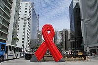 ATENCAO EDITOR IMAGEM EMBARGADA PARA VEICULOS INTERNACIONAIS -  SAO PAULO, SP, 30 NOVEMBRO 2012 - DIA MUNDIAL DA LUTA CONTRA AIDS - Laço de Simbolo da Luta contra Aids é vista na tarde desta sexta-feira(30), na Av. Paulista. Para marcar o Dia Munidal da Luta Contra a Aids, comemorado no dia 1 de dezembro, um grande laço é visto na Praça do Ciclistas, na Av. Paulista o local será ponto do pedagio da Prevencao , com distribuicao de preservativos e folhetos informativos.(FOTO: AMAURI NEHN / BRAZIL PHOTO PRESS).