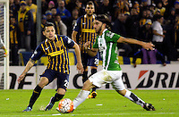 ROSARIO - ARGENTINA - 12-05-2016: Victor Salazar (Izq.) jugador de Rosario Central de Argentina, disputa el balón con Sebastian Perez (Der.) jugador de Atletico Nacional de Colombia durante partido de ida de cuartos de final, entre Rosario Central y Atletico Nacional por la Copa Bridgestone Libertadores 2016 en el Estadio Gigante de Arroyito, de la ciudad de Rosario. / Victor Salazar (L) player of Rosario Central of Argentina, vies for the ball with Sebastian Perez (R) player Atletico Nacional of Colombia, during a match for the first leg for the quarterfinal between Rosario Central and Atletico Nacional for the Bridgestone Libertadores Cup 2016, in the Gigante de Arroyito Stadium, in Rosario city. Photo: Photogamma / Mario Garcia / VizzorImage / Cont.