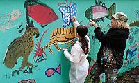 Nederland - Amsterdam - mei 2019.   Kunstenaar Gerti Bierenbroodspot is samen met kinderen van vluchtelingen en buurtkinderen begonnen aan een grote muurschildering in het centrum van Amsterdam. <br /> De schildering van 100 vierkante meter zal verschijnen op de muren van de Leidse Dwarstuin, een voorheen verwaarloosd stukje grond aan de Lange Leidsedwarsstraat. Het thema van de muurschildering is de natuur. De kinderen mogen zelf kiezen welk dier ze willen vereeuwigen en worden daarbij geholpen door Bierenbroodspot. De kinderen beschilderen de linkermuur. Gerti maakt een schildering van enkele etages hoog op de rechtermuur. Het project moet over enkele weken af zijn. De gemeente heeft opdracht gegeven voor de muurschildering om toeristen te laten zien dat het Leidsepleingebied een omgeving is waar mensen wonen.      Foto mag niet in negatieve / schadelijke context gepubliceerd worden.    Foto Berlinda van Dam / Hollandse Hoogte