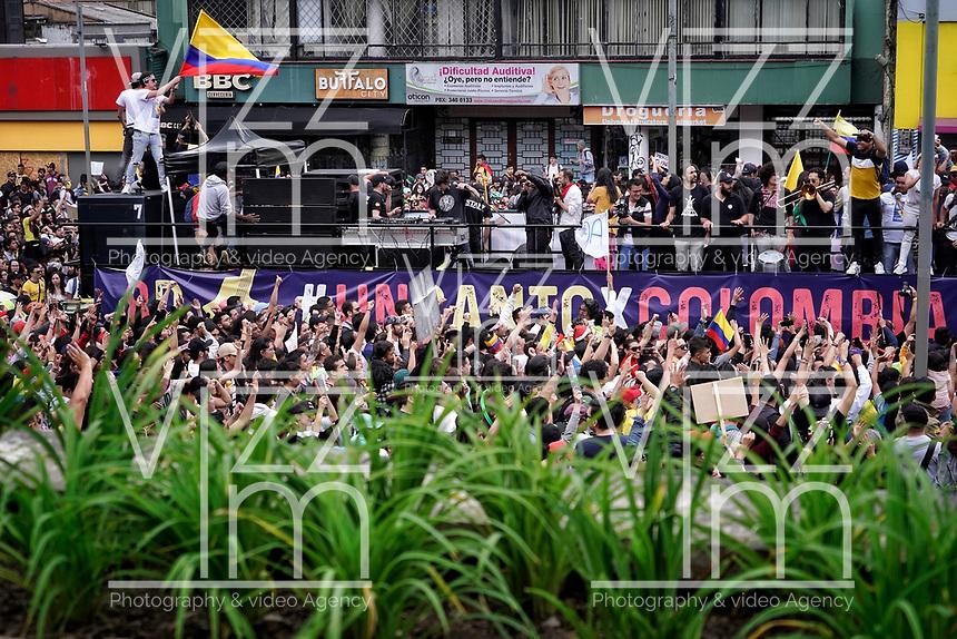 """BOGOTA - COLOMBIA, 08-12-2019: Miles de manifestantes salieron a las calles de Bogotá para acompañar el concierto móvil """"Un Canto por Colombia"""" promovido por los artistas durante la jornada de paro Nacional en Colombia hoy, 8 de diciembre de 2019. La jornada Nacional es convocada para rechazar el mal gobierno y las decisiones que vulneran los derechos de los Colombianos. / Thousands of protesters took to the streets of Bogota to join the movile concert """"A Song for Colombia"""" promoted by Colombian artists during the National Strike day in Colombia today, December 8, 2019. The National Strike is convened to reject bad government and decisions that violate the rights of Colombians. Photo: VizzorImage / Diego Cuevas / Cont"""