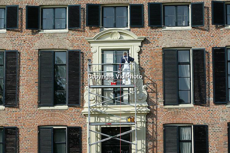 Foto: VidiPhoto..ROZENDAAL - Het bijzondere houtsnijwerk bij de ingang van kasteel Rosendael krijgt op dit moment een schilder- en opknapbeurt. De renovatie is nodig omdat er in verband met houtrot een deel van de deurpartij is vervangen. De werkzaamheden, die uitgevoerd worden door schildersbedrijf Van der Wal uit Vorden, duren ongeveer 2,5 weken.