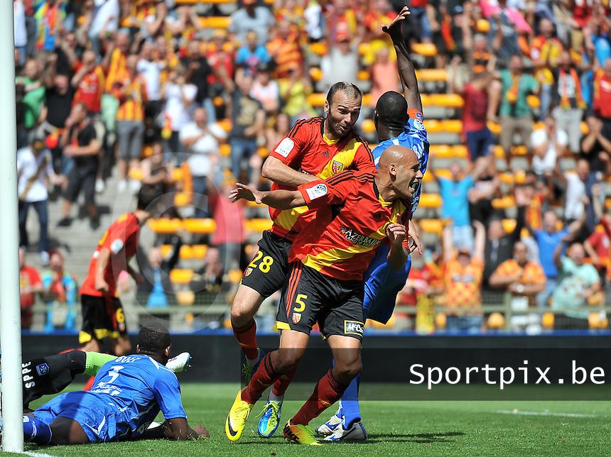 RC Lens - AJ Auxerre : Daniel Ljuboja and Alaedinne Yahia Celebrating the 3-1 for Lens<br /> foto David Catry / nikonpro.be