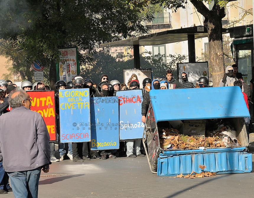 Palermo, students protest with much anger against government reform of the university.<br /> Palermo, la protesta degli studenti contro la riforma Gelmini si manifesta con rabbia.