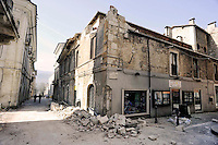 L'Aquila 6 Aprile 2009.Terremoto all'Aquila.Palazzo lesionato al centro storico in Vico Sant'Eusanio.Earthquake to the city of L'Aquila.Building damaged to the historical center in Vico Sant'Eusanio