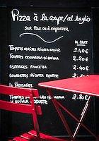 France, Provence-Alpes-Côte d'Azur, Menton: pizza to go - price board | Frankreich, Provence-Alpes-Côte d'Azur, Menton: Pizza zum Mitnehmen - Preistafel