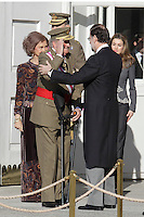 MADRI, ESPANHA, 06 JANEIRO 2013 - PARADA MILITAR ANO NOVO - O Rei da Espanha Juan Carlos comprimenta o primeiro Ministro Mariano Rajoy durante Parada Militar do Ano Novo no Palacio Real de Madri capital da Espanha, neste domingo, 06/01/2013. (FOTO: MIGUEL CORDOBA / ALFAQUI / BRAZIL PHOTO PRESS).