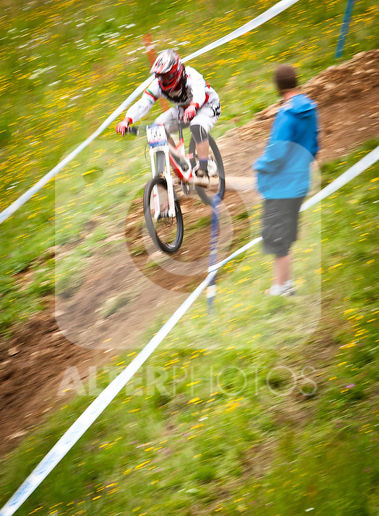 12.06.2011, Bikepark, Leogang, AUT, UCI MOUNTAINBIKE WORLDCUP, LEOGANG, im Bild Feature Downhill Mountainbike, Mitzieher, ein zuschauer schaut den Biker zu // during the UCI MOUNTAINBIKE WORLDCUP, LEOGANG, AUSTRIA, 2011-06-12, EXPA Pictures © 2011, PhotoCredit: EXPA/ J. Feichter