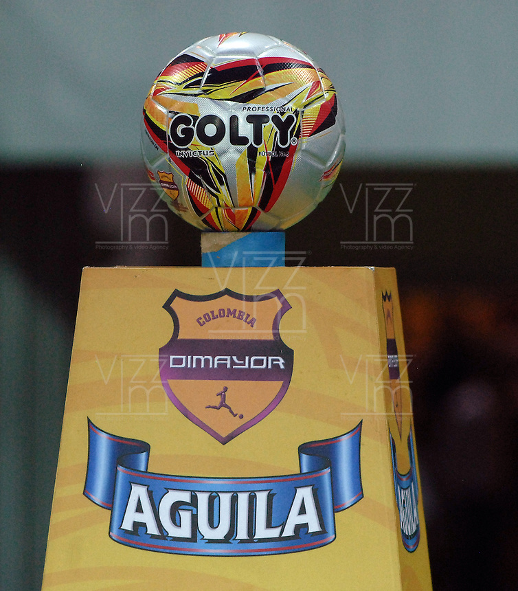ARMENIA - COLOMBIA -14-10-2015: Aspecto del balón Golty previo al encuentro entre Deportes Quindio y América de Cali por la fecha 14 de vuelta del Torneo Aguila 2015 jugado en el estadio Centenario de la ciudad de Armenia./ Aspect of the Golty ball prior the match between Deportes Quindio and America de Cali for the second leg date 14 of Aguila Tournament 2015 played at Centenario stadium in Armenia city. Photo: VizzorImage/ Gabriel Aponte / Staff