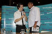 """FOTO EMBARGADA PARA VEICULOS INTERNACIONAIS - SAO PAULO, SP, 07 DE DEZEMBRO 2012 - LANCAMENTO LIVRO DO VAMPETA - Vampeta e o entrevistador Rafael Cortez -   Lancamento do livro """"Vampeta, memorias do velho Vamp"""" - O ex-futebolista brasileiro, Marcos Andre Batista Santos, o Vampeta, recebe fans, amigos e imprensa em noite de autografos para lancamento do seu primeiro livro, na noite dessa sexta-feira, 07, no bairro da Bela vista, zona central da capital  -  FOTO: LOLA OLIVEIRA/BRAZIL PHOTO PRESS"""