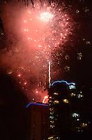 RIO DE JANEIRO, 01 DE JANEIRO DE 2012 - REVEILLON BARRA DA TIJUCA<br /> Queima de fogos de Reveillon, de cima do Hotel Winsdor, na orla da Barra da Tijuca . (FOTO: ALEXANDRE MOREIRA / NEWS FREE)