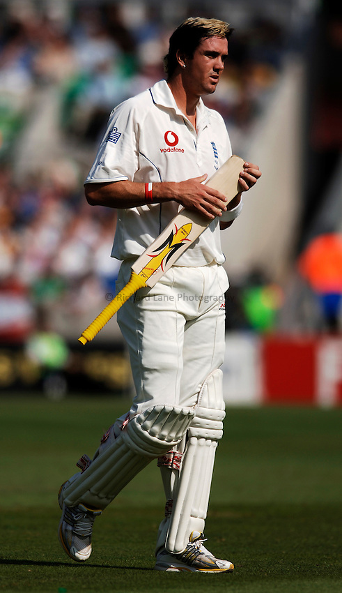 Photo: Glyn Thomas..England v Australia. nPower Test Series. The Ashes 2005..12/09/2005..England's Kevin Pietersen breaks his bat on his way to a century.