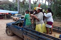 Índios  Cinta Larga,brinca de atirar flexas em alvo na reserva Roosevelt ao sul do estado de Rondônia logo após encontro com jornalistas no posto onça pintada montado pela Funai e polícia ambiental dentro da reserva quando foi confirmado por um de seus líderes de nome Pio Cinta Larga  de que não existem mais corpos de garimpeiros mortos  na reserva ocorrida durante chacina contra garimpeiros que invadem suas terras há vários anos. Os índios fizeram questão de frisar  a defesa de suas terras.<br /> Reserva Roosevelt, Espigão do Oeste , Rondônia Brasil.<br /> Foto Paulo Santos/Interfoto<br /> 21/04/2004<br /> <br /> .
