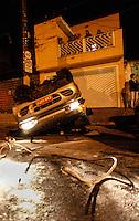 SAO PAULO, SP, 09 DE JULHO 2012 - CAPOTAMENTO CARRO ESCOLAR - Perua  escolar apos colidir com veiculo, capota na noite desse domingo na Av Calim Eid regiao leste da capital paulista, nao houve vitimas. FOTO: VANESSA CARVALHO - BRAZIL PHOTO PRESS