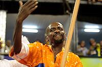 RIO DE JANEIRO, RJ, 20 DE FEVEREIRO 2012 - CARNAVAL 2012 - DESFILE UNIAO DA ILHA  - Gari Renato Sorriso durante desfile da escola de samba Uniao da Ilha no segundo dia de desfiles das Escolas de Samba do Grupo Especial do Rio de Janeiro, no sambódromo da Marques de Sapucaí, no centro da cidade.  (FOTO: VANESSA CARVALHO - BRAZIL PHOTO PRESS).