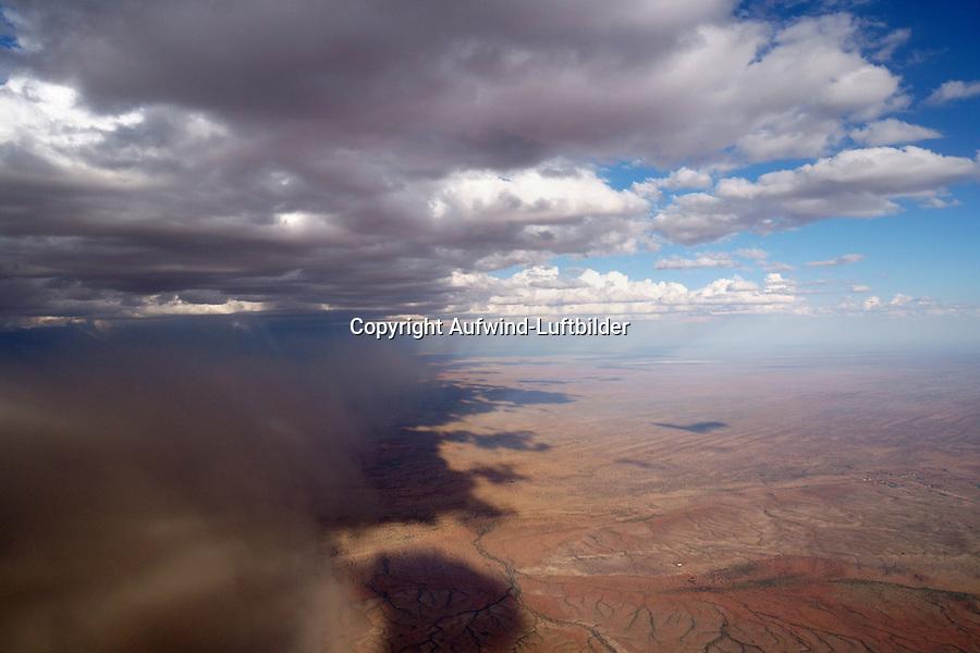 Sandsturm in der Kalahari: NAMIBIA, AFRIKA, 21.12.2018: Sandsturm in der Kalahari