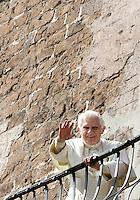 Papa Benedetto XVI saluta dal balcone del Campidoglio, Roma, 9 marzo 2009..Pope Benedict XVI waves from the Campidoglio City Hall's balcony in Rome, 9 march 2009..UPDATE IMAGES PRESS/Riccardo De Luca