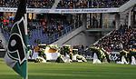 m heutigen Sonntag (15.11.2009) nahmen die Fans und Freunde des am 10.11.2009 verstorbenen Nationaltorwartes Robert Enke ( Hannover 96 ) Abschied. In der groessten Trauerfeier nach Adenauer kamen rund 100.000 Träuergaeste zur AWD Arena. Zu den VIP zählten u.a. Altkanzler Gerhard Schroeder, Bundestrainer Joachim Loew und die aktuelle DFB Nationalmannschaft, sowie Vertreter der einzelnen Bundesligamannschaften und ehemalige Vereine, in denen er gespielt hat. Der Sarg wurde im Mittelkreis des Stadions aufgebahrt. Trauerreden hielten u.a. MIniterpräsident Christian Wulff, DFB Präsident Theo Zwanziger , Han. Präsident Martin Kind <br /> <br /> <br /> Foto:   Der Sarg von Thomas Enke wird im Mittelkreis aufgebaut - / Blick nach rechts die Eckfahne von Hannover 96<br /> <br /> Foto: © nph ( nordphoto )