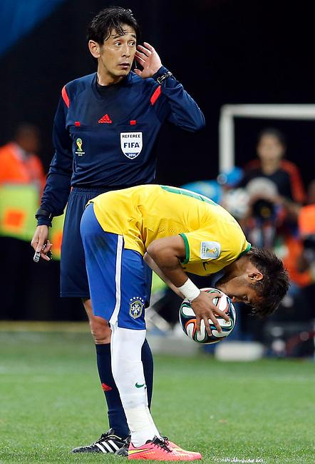 Neymar besa la pelota antes de patear un penal al lado del &aacute;rbitro japon&eacute;s Yuichi Nishimura durante el partido inaugural del Mundial de F&uacute;tbol 2014 entre Brasil y Croacia en el Estadio Arena Corinthians en  Sao Paulo, el 12 de junio de 2014.<br /> <br /> Foto: Daniel Jayo/Archivolatino<br /> <br /> COPYRIGHT: Archivolatino<br /> Solo para uso editorial, prohibida su venta y su uso comercial.