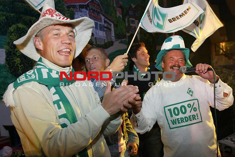 Werder Profis im Bayern Zelt<br /> Traditionell mussten die Neuzugaenge des SV Werder Bremen auf die Buehne im Bayernzelt auf dem Bremer Freimarkt sich dem Publikum praesentieren. Christian Lenze (links), Marco Stier (Mitte) und Christian Schulz (2. v. rechts) im Werder Look.<br /> Foto &copy; nordphoto - Ruediger Lampe<br /> <br />  *** Local Caption *** Foto ist honorarpflichtig! zzgl. gesetzl. MwSt.<br />  Belegexemplar erforderlich<br /> Adresse: nordphoto<br /> Georg-Reinke-Strasse 1<br /> 49377 Vechta