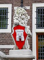 Leeuw bij het stadhuis van Alkmaar. Stadswapen