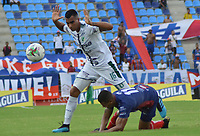 SANTA MARTA - COLOMBIA, 10-08-2019: Christian Subero de Unión disputa el balón con Cristian Rivera del Cali durante partido por la fecha 5 de la Liga Águila II 2019 entre Unión Magdalena y Deportivo Cali jugado en el estadio Sierra Nevada de la ciudad de Santa Marta. / Christian Subero of Union struggles the ball with Cristian Rivera of Cali during match for the date 5 as part Aguila League II 2019 between Union Magdalena and Deportivo Cali played at Sierra Nevada stadium in Santa Marta city. Photo: VizzorImage / Gustavo Pacheco / Cont
