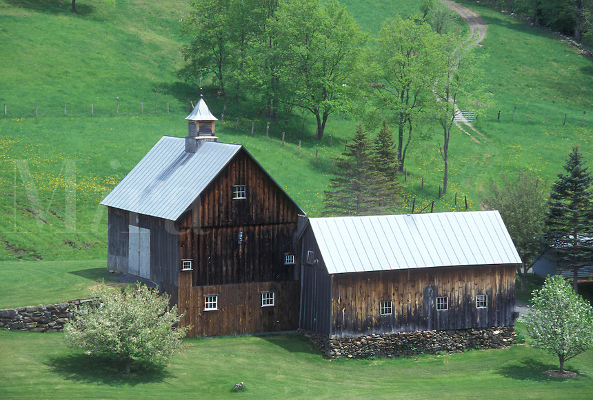 farm, barn, Vermont, VT, Scenic view of the brown barn on Sleepy Hollow Farm in Pomfret in the spring.