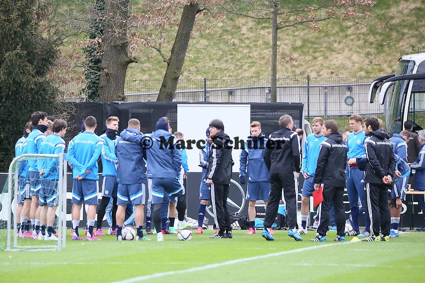 Mannschaft versammelt sich zur Ansprache von Bundestrainer Joachim Loew (D) - Training der Deutschen Nationalmannschaft in Frankfurt