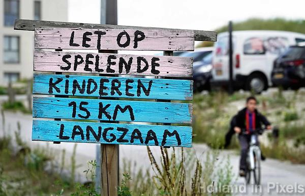 Nederland Almere  2018.   Zelfgemaakt verkeersbord in Almere Poort.   Foto Berlinda van Dam / Hollandse Hoogte