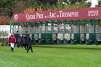 October 07, 2018, Longchamp, FRANCE - Aidan O'Brien and team check the starting gate for the Prix de l'Arc de Triomphe at ParisLongchamp Race Course  [Copyright (c) Sandra Scherning/Eclipse Sportswire)]