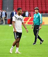 Bundestrainer Joachim Loew (Deutschland Germany) beobachtet Serge Gnabry (Deutschland Germany) - 12.10.2018: Abschlusstraining der Deutschen Nationalmannschaft vor dem UEFA Nations League Spiel gegen die Niederlande