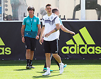 Bundestrainer Joachim Loew (Deutschland Germany) beobachtet Niklas Süle (Deutschland Germany) - 01.06.2018: Training der Deutschen Nationalmannschaft zur WM-Vorbereitung in der Sportzone Rungg in Eppan/Südtirol